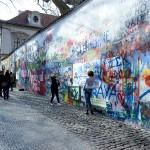 カレル橋をプラハ城側に渡った近くの島、カンパ島にあるジョン・レノンの壁 1980年代にプラハの若者たちが平和を祈って書かれた