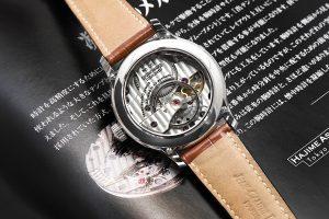 時計の心臓部でもあるテンプを上に…そしてムーブメントをその下に配置するという大胆でありながら、理に適った設計は理屈を知り尽くしたプロダクトデザイナーの発想と云えるだろう